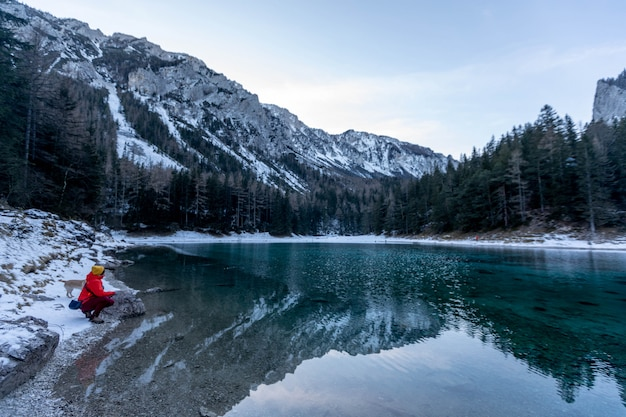 Garota faz foto no lago de montanha grüner see