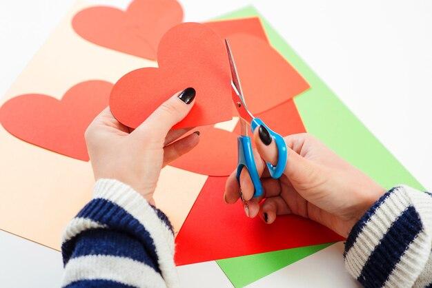 Garota faz saudação de coração para dia dos namorados, close-up. cartão diy. amor, romântico, cartas.