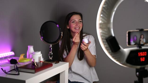 Garota faz uma revisão em vídeo de cosméticos