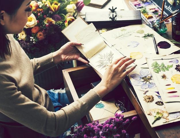 Garota fazendo artesanato com flores secas