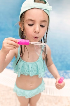 Garota fazendo bolhas de sabão