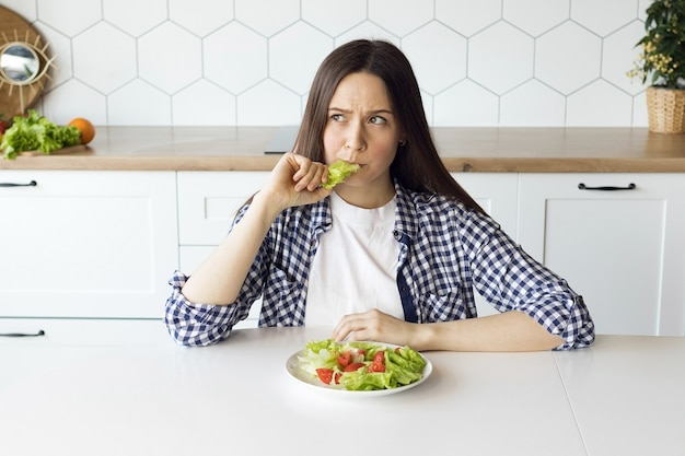 Garota fazendo dieta comendo salada fresca, mudando hábitos alimentares, alimentação saudável