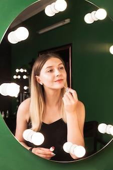 Garota fazendo ela fazer em uma sala verde