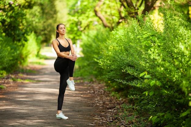Garota fazendo esporte. jovem, femininas, exercitar, parque