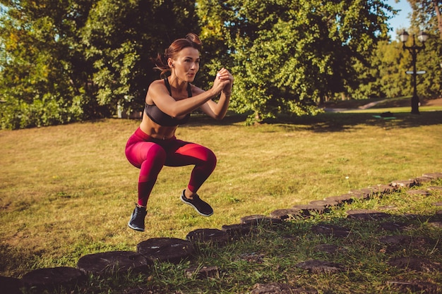 Garota fazendo exercício no parque