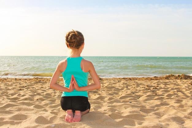 Garota fazendo exercícios de esportes na praia