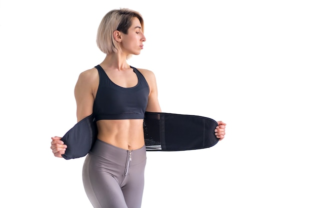 Garota fazendo fitness cinto de emagrecimento isolado no fundo branco