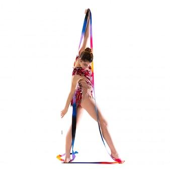 Garota fazendo ginástica rítmica com fita