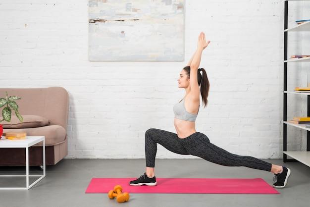 Garota fazendo ioga na casa dela