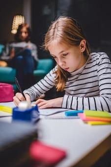 Garota fazendo lição de casa tarde da noite