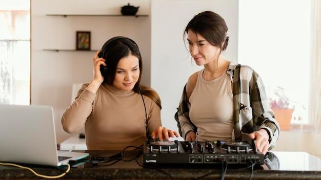Garota fazendo música dentro de casa