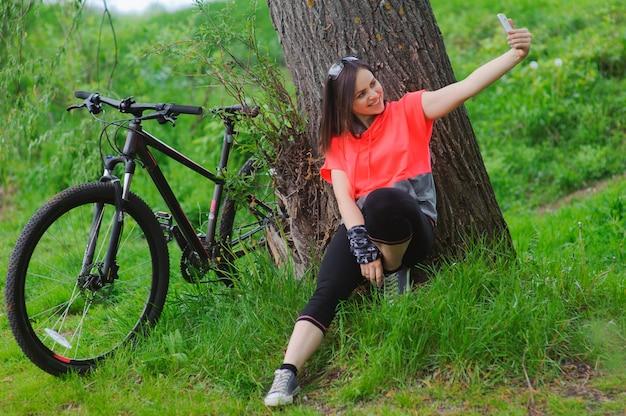 Garota fazendo selfie no ciclismo