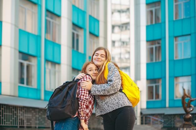 Garota feliz, abraçando a irmã dela.