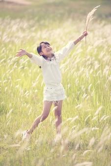 Garota feliz andando e brincando no parque