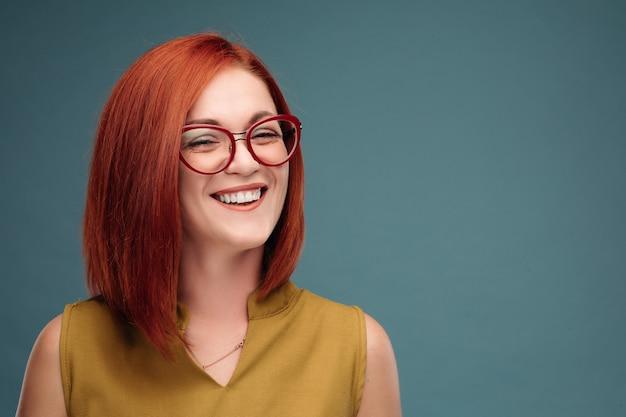 Garota feliz com cabelos castanhos.