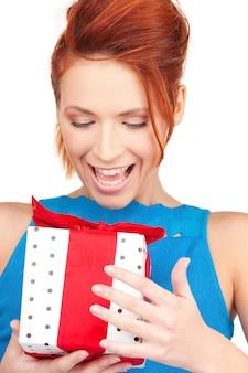 Garota feliz com caixa de presente sobre branco