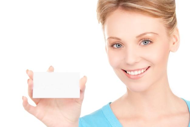 Garota feliz com cartão de visita sobre branco