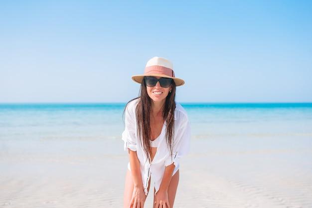 Garota feliz com céu azul e água turquesa no mar na ilha do caribe