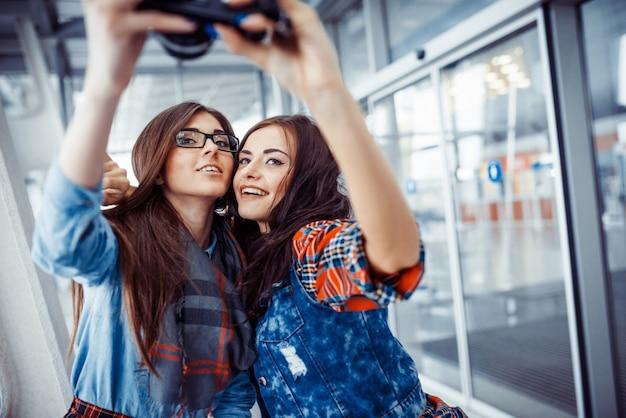 Garota feliz com foto de turistas de si mesmo