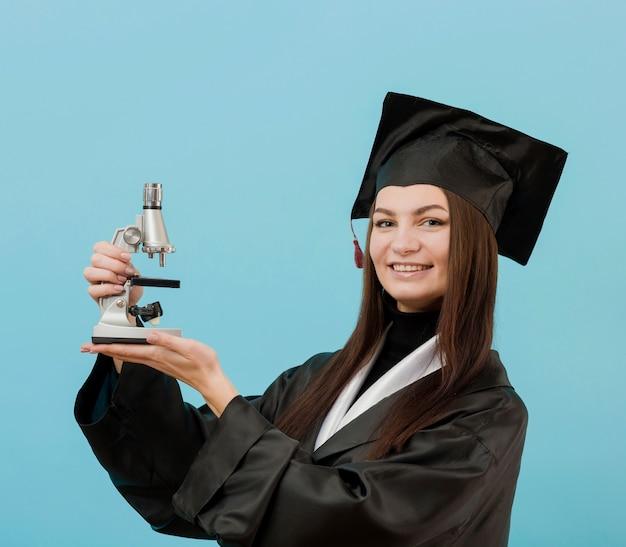 Garota feliz com microscópio