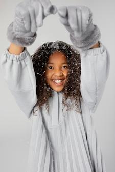 Garota feliz com neve meio tiro