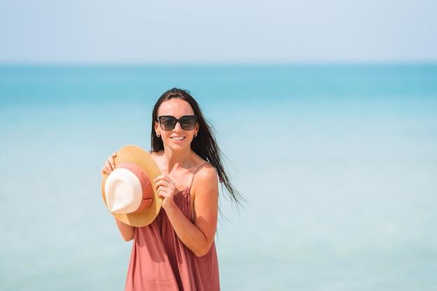 Garota feliz com o céu azul e a água turquesa no mar