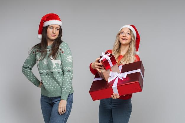 Garota feliz com presentes e garota infeliz sem nada.