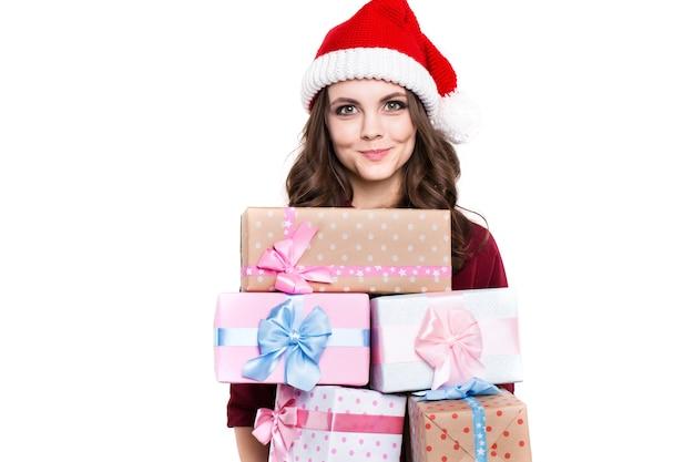 Garota feliz com presentes em fundo branco