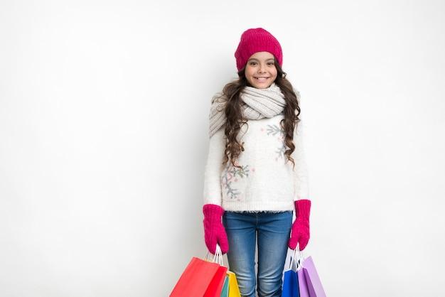 Garota feliz com redes coloridas em ambas as mãos