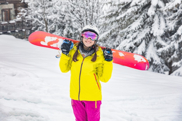 Garota feliz com retrato de inverno snowboard
