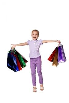Garota feliz com sacos de compras