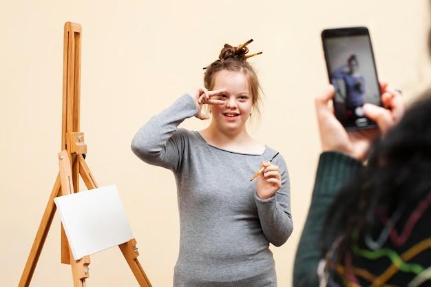Garota feliz com síndrome de down posando