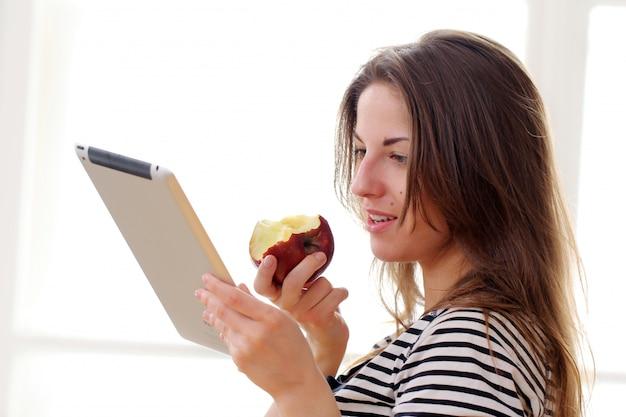 Garota feliz com tablet pc