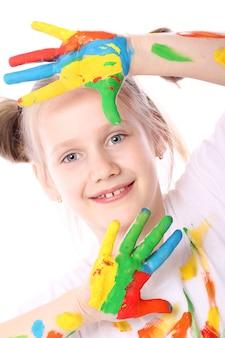 Garota feliz com tinta nas mãos dela