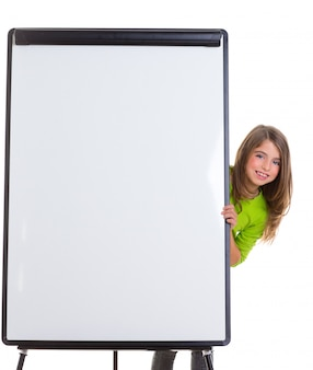 Garota feliz de criança com flip-chart em branco branco cópia espaço