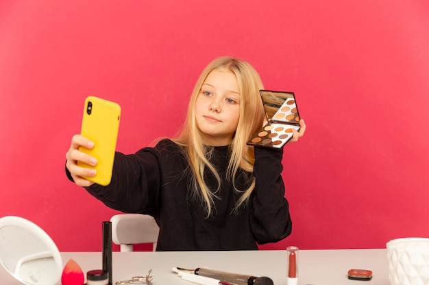 Garota feliz em casa falando na frente da câmera para o vlog