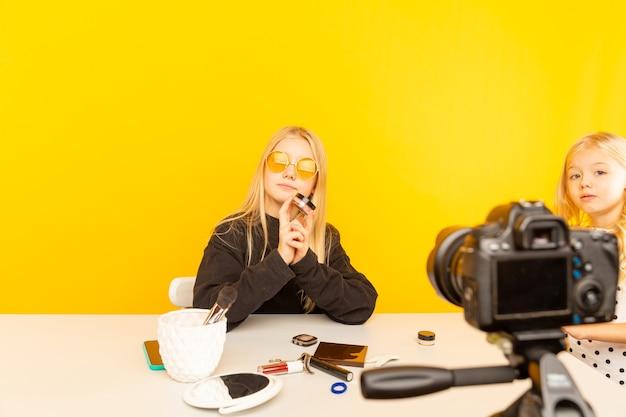 Garota feliz em casa falando na frente da câmera para o vlog.