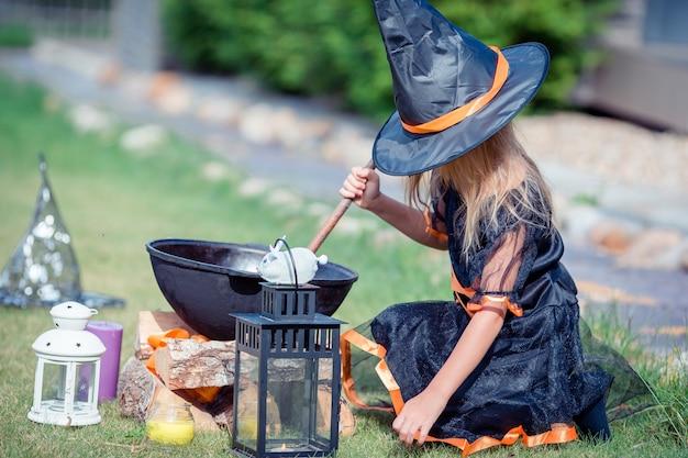 Garota feliz em traje de halloween com jack pumpkin.trick ou deleite