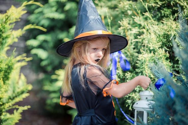 Garota feliz em traje de halloween