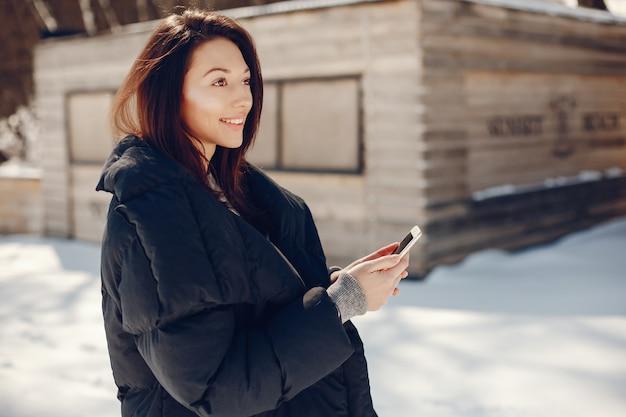 Garota feliz em uma cidade de inverno