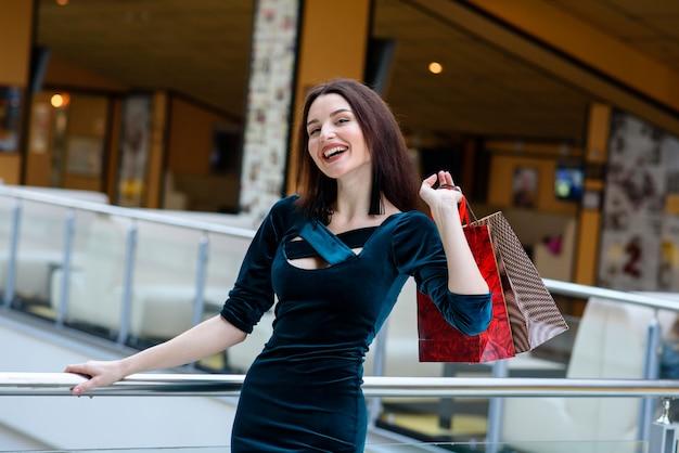 Garota feliz faz uma compra no shopping.