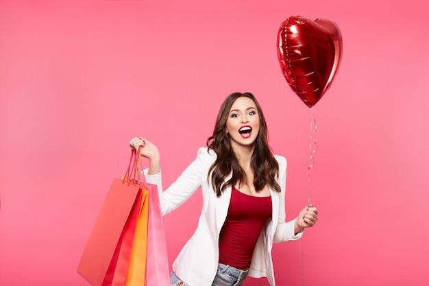 Garota feliz fazendo compras
