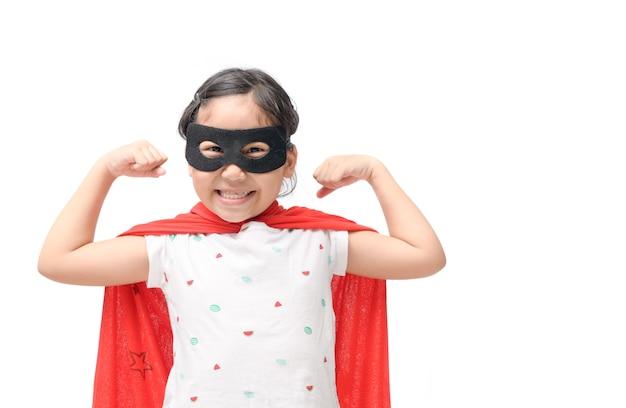 Garota feliz joga super-herói isolado no fundo branco