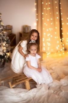 Garota feliz jogando perto do conceito de árvore de natal feliz natal