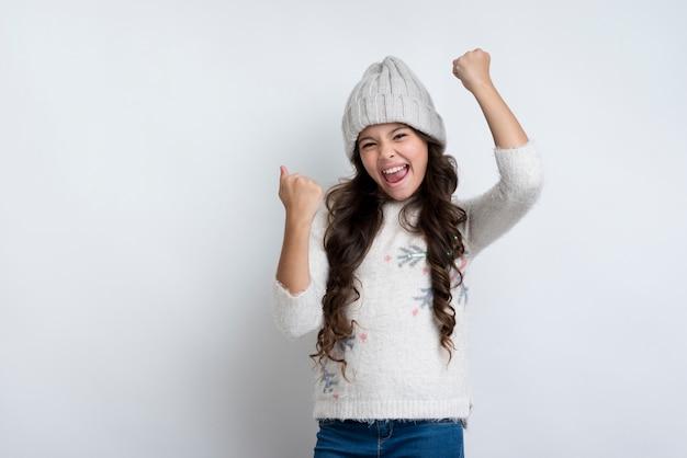 Garota feliz, levantando os punhos no ar feliz