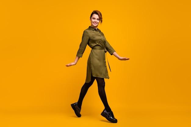 Garota feliz na moda indo