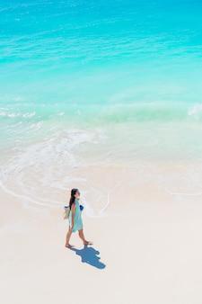 Garota feliz na praia se divertindo muito em águas rasas