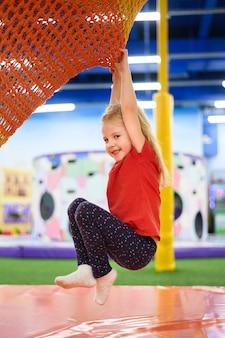 Garota feliz na vista lateral para o parque infantil