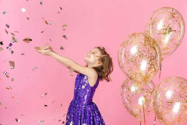 Garota feliz no vestido rosa comemorando