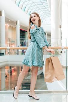 Garota feliz posando no shopping